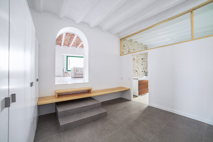 Minimalist corridor, hallway & stairs by LaBoqueria Taller d'Arquitectura i Disseny Industrial Minimalist Engineered Wood Transparent