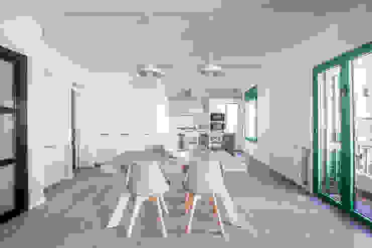 Minimalistyczna jadalnia od LaBoqueria Taller d'Arquitectura i Disseny Industrial Minimalistyczny Kompozyt drewna i tworzywa sztucznego