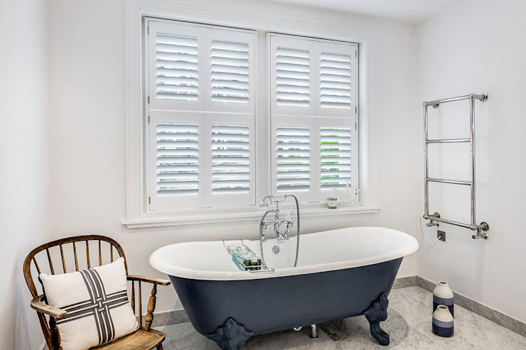 Tier on Tier Shutters in the Bathroom Plantation Shutters Ltd Baños de estilo moderno Madera Blanco