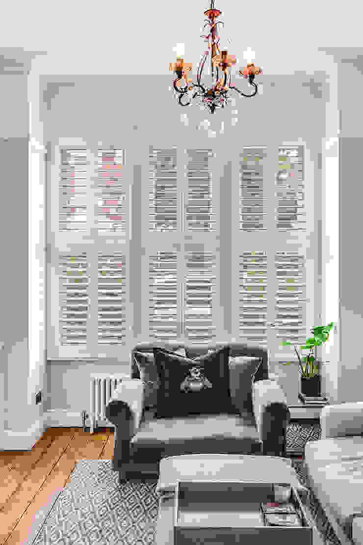 Tier on Tier Shutters in the Living Room Plantation Shutters Ltd Salones de estilo moderno Madera Blanco