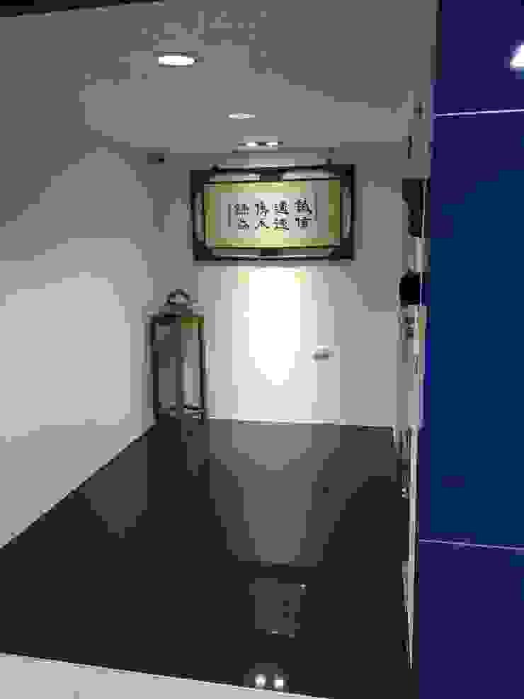Tường & sàn phong cách hiện đại bởi houseda Hiện đại Gỗ-nhựa composite