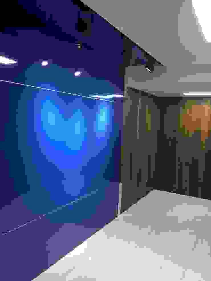 Phòng học/văn phòng phong cách hiện đại bởi houseda Hiện đại Than củi Multicolored