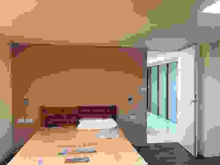 Phòng ngủ phong cách hiện đại bởi houseda Hiện đại Ván ép