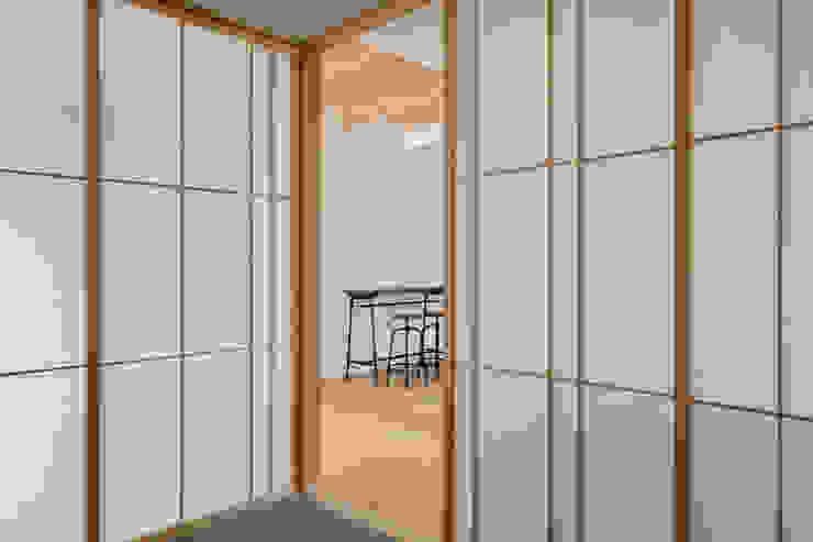 Phòng giải trí phong cách hiện đại bởi atelier137 ARCHITECTURAL DESIGN OFFICE Hiện đại