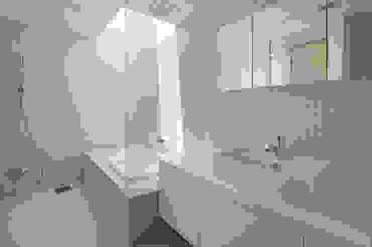 Phòng tắm phong cách hiện đại bởi atelier137 ARCHITECTURAL DESIGN OFFICE Hiện đại Gạch ốp lát