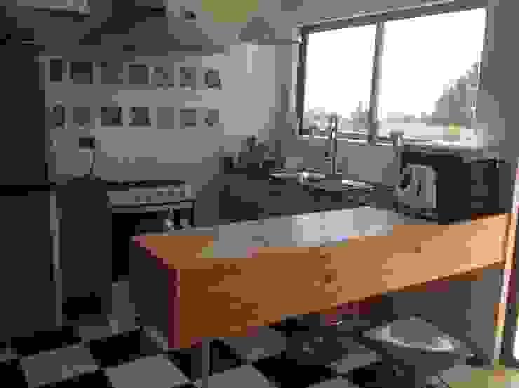 Nhà bếp phong cách mộc mạc bởi Casas del Girasol- arquitecto Viña del mar Valparaiso Santiago Mộc mạc