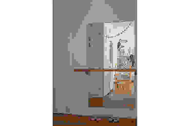 Un miroir et une barre de danse pour trois jolies petites filles. par SOHA CONCEPTION Scandinave