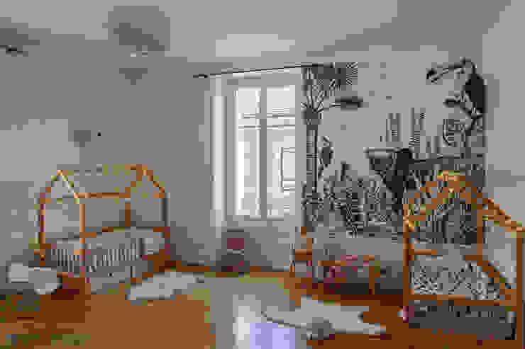 Chambre de petites filles par SOHA CONCEPTION Scandinave Bois Effet bois