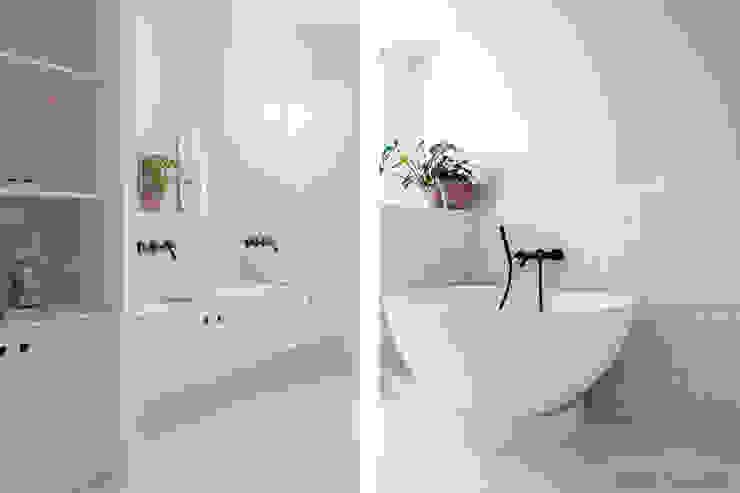 Touche de rose! Salle de bain scandinave par SOHA CONCEPTION Scandinave