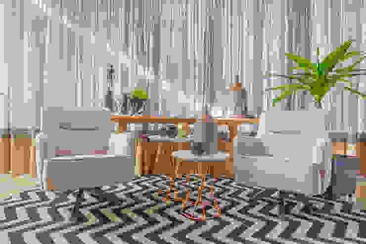 Espaço Aconchego com Poltronas e muito charme! por Sgabello Interiores Moderno Algodão Vermelho