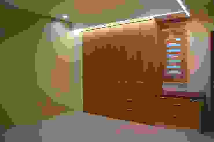長輩房衣櫃 houseda Eclectic style bedroom Solid Wood