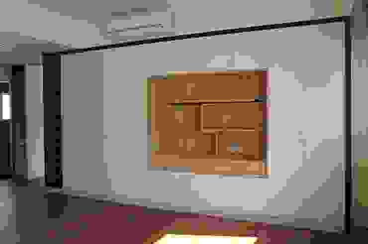 主臥室展示櫃及衣櫃 houseda Eclectic style bedroom MDF White