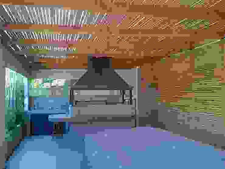 CASA TRONCOSO AOG Balcones y terrazas modernos Madera Blanco