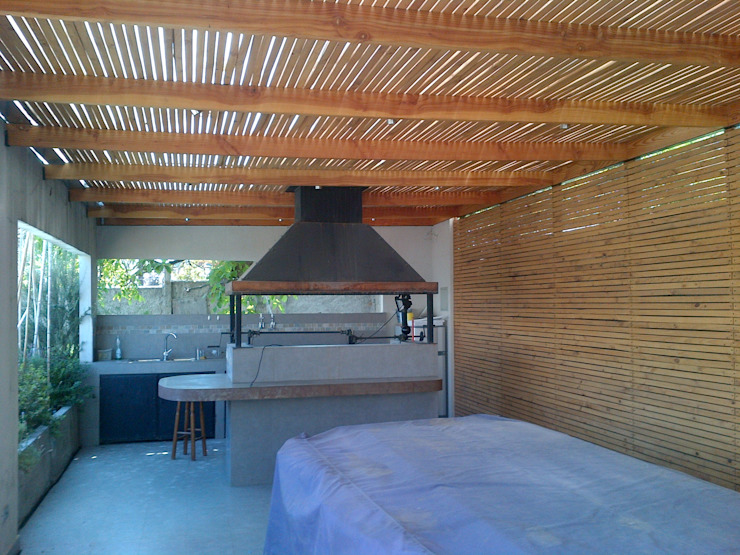 CASA TRONCOSO Balcones y terrazas modernos de AOG Moderno Madera Acabado en madera