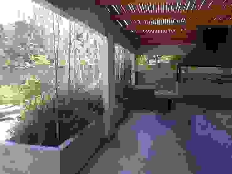 CASA TRONCOSO AOG Balcones y terrazas modernos Concreto Blanco