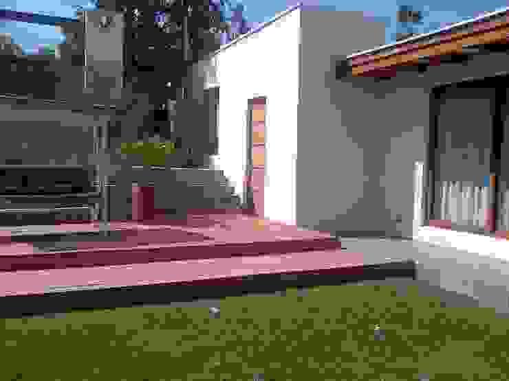 CASA TRONCOSO AOG Balcones y terrazas modernos Derivados de madera Beige