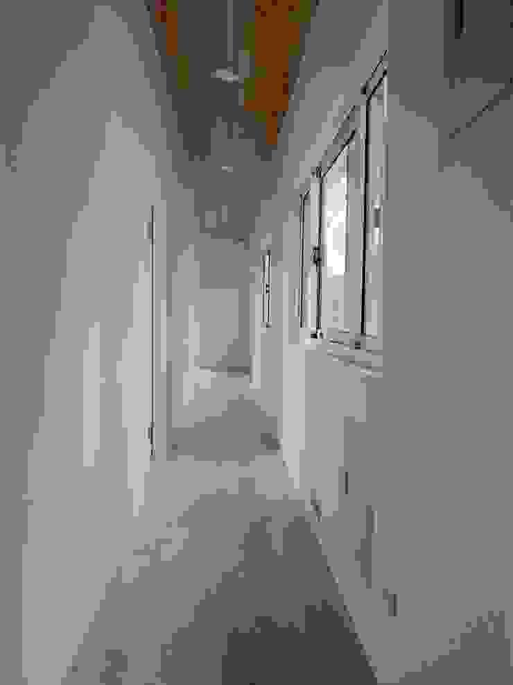 Nowoczesny korytarz, przedpokój i schody od CPh ARCh Nowoczesny