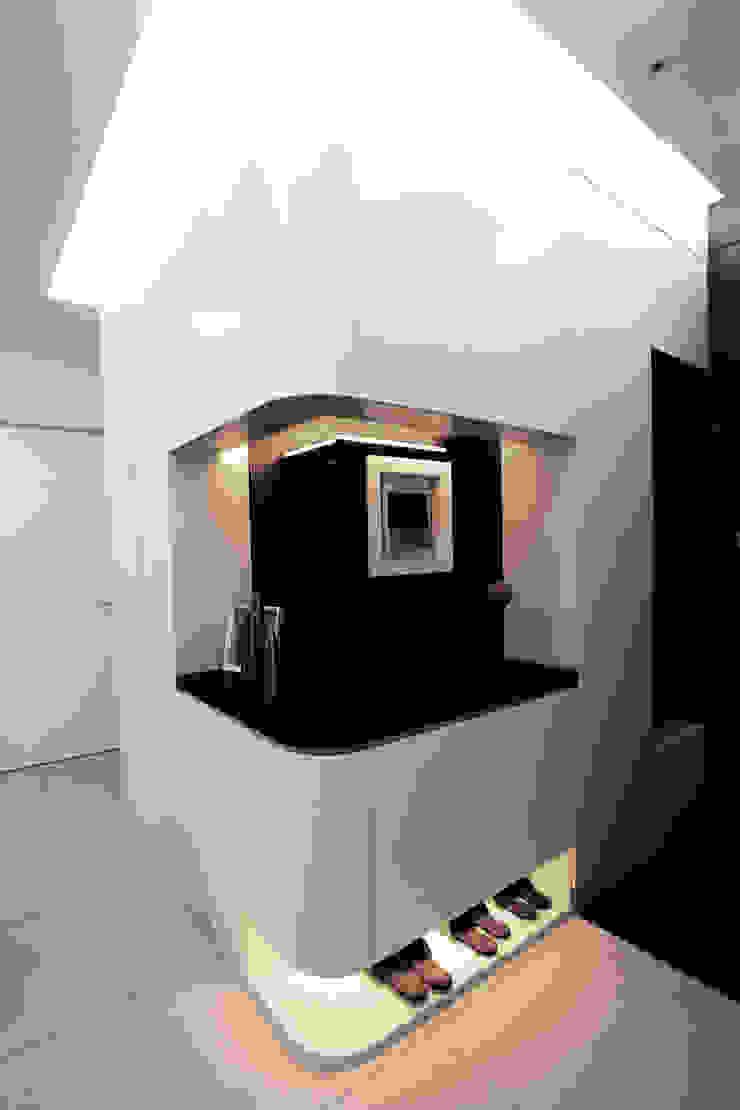 京都W宅 現代風玄關、走廊與階梯 根據 力豪設計 現代風