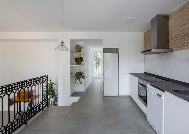 Home in Alzira tambori arquitectes Kitchen White