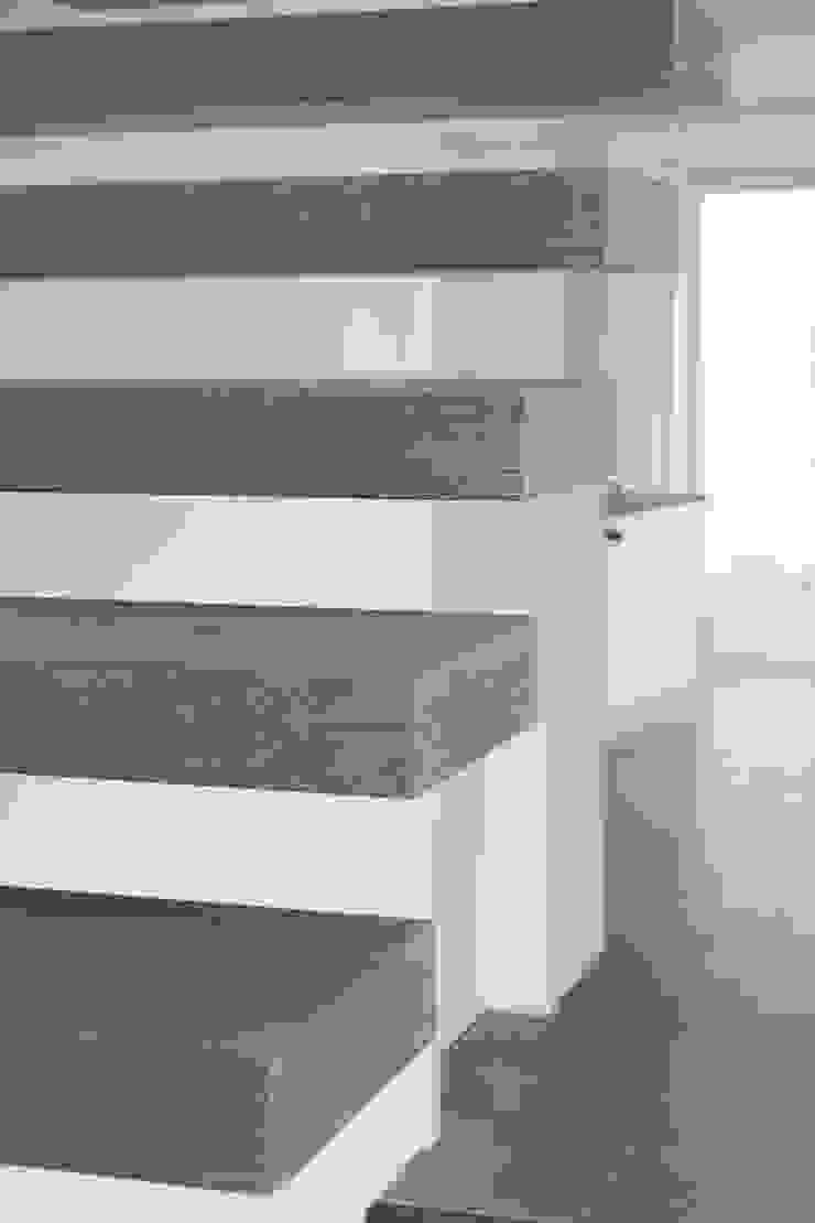 SCALA SOSPESA CON SCALINI A SBALZO di ARREDAMENTI PIVA Moderno Legno Effetto legno