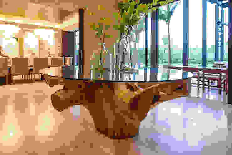 CASA 261 Tropische gangen, hallen & trappenhuizen de Chehade Carter Diseño Interior Tropical