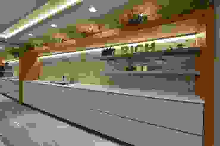 Motta Viegas arquitetura + design Kitchen units Wood Grey