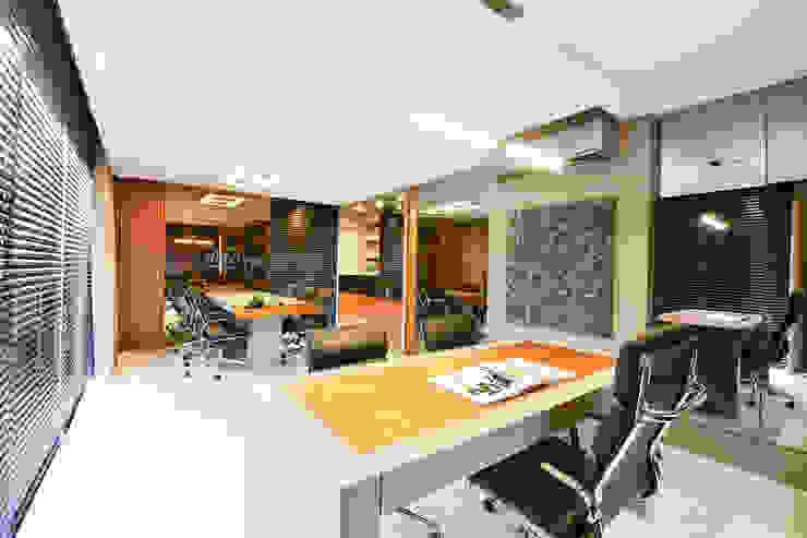 Motta Viegas arquitetura + design Modern study/office Wood Wood effect