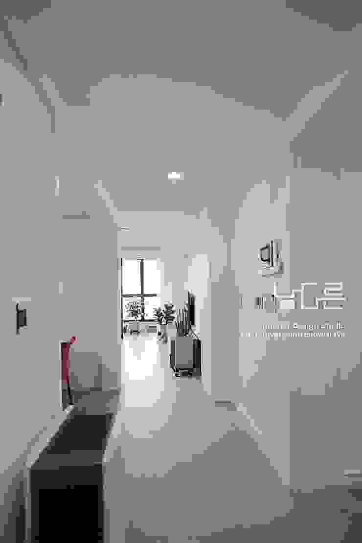 現代風玄關、走廊與階梯 根據 남다른디자인 現代風