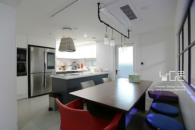 Modern dining room by 남다른디자인 Modern