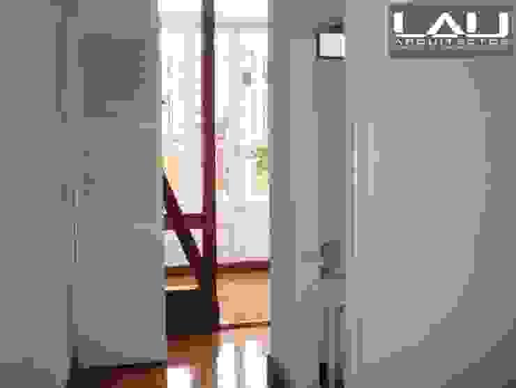 Loft Cerro Alegre Pasillos, halls y escaleras minimalistas de Lau Arquitectos Minimalista