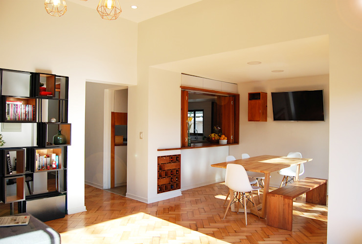 Comedor : Reparación de pisos, apertura hacia cocina, Fabricación de Cava Vinos y Biombo de Estudio Mínimo Arquitectura y Construcción Ltda.