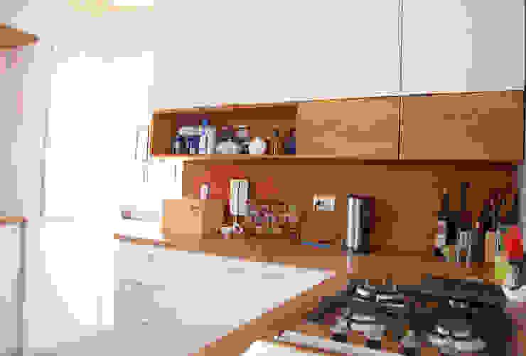 Cocina: Reutilización de Maderas antigua estructura de techos de Estudio Mínimo Arquitectura y Construcción Ltda.