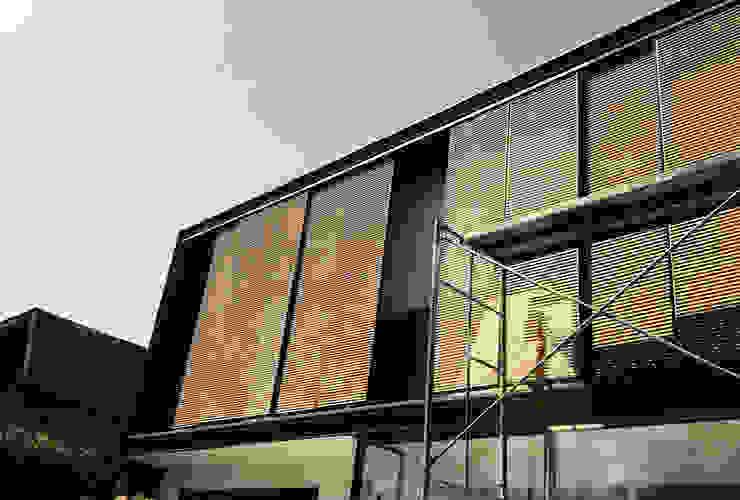 fachada en proceso Constructivo Casas estilo moderno: ideas, arquitectura e imágenes de Estudio Mínimo Arquitectura y Construcción Ltda. Moderno