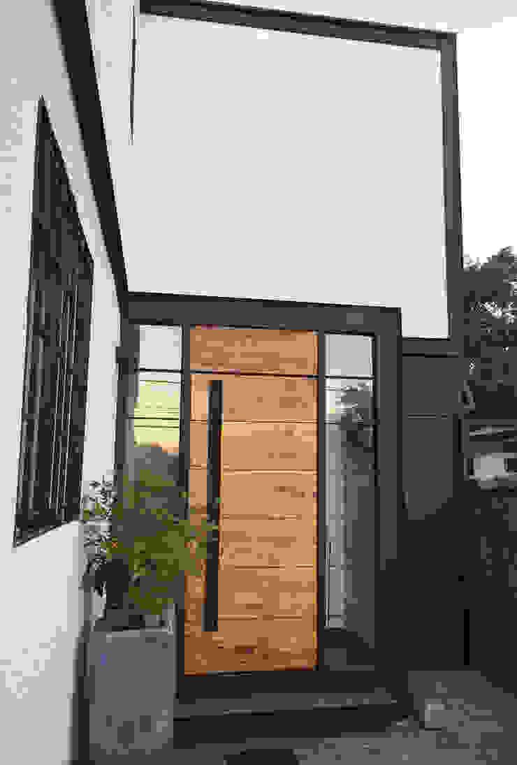Acceso Casas estilo moderno: ideas, arquitectura e imágenes de Estudio Mínimo Arquitectura y Construcción Ltda. Moderno