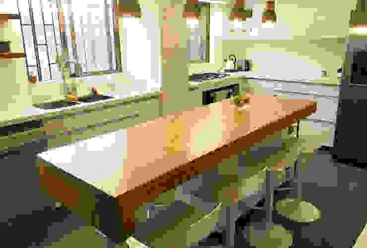 Fabricación Cubierta Madera Mueble Isla Cocinas de estilo moderno de Estudio Mínimo Arquitectura y Construcción Ltda. Moderno