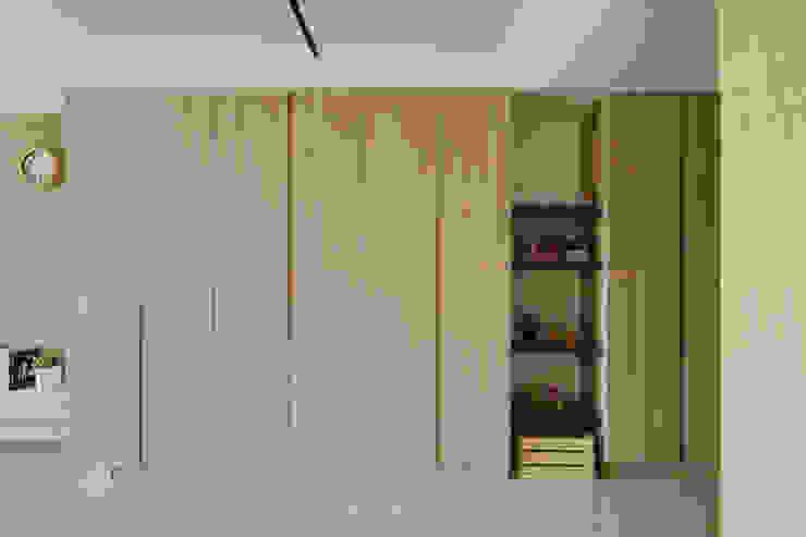 Pasillos y vestíbulos de estilo  por 寬軒室內設計工作室