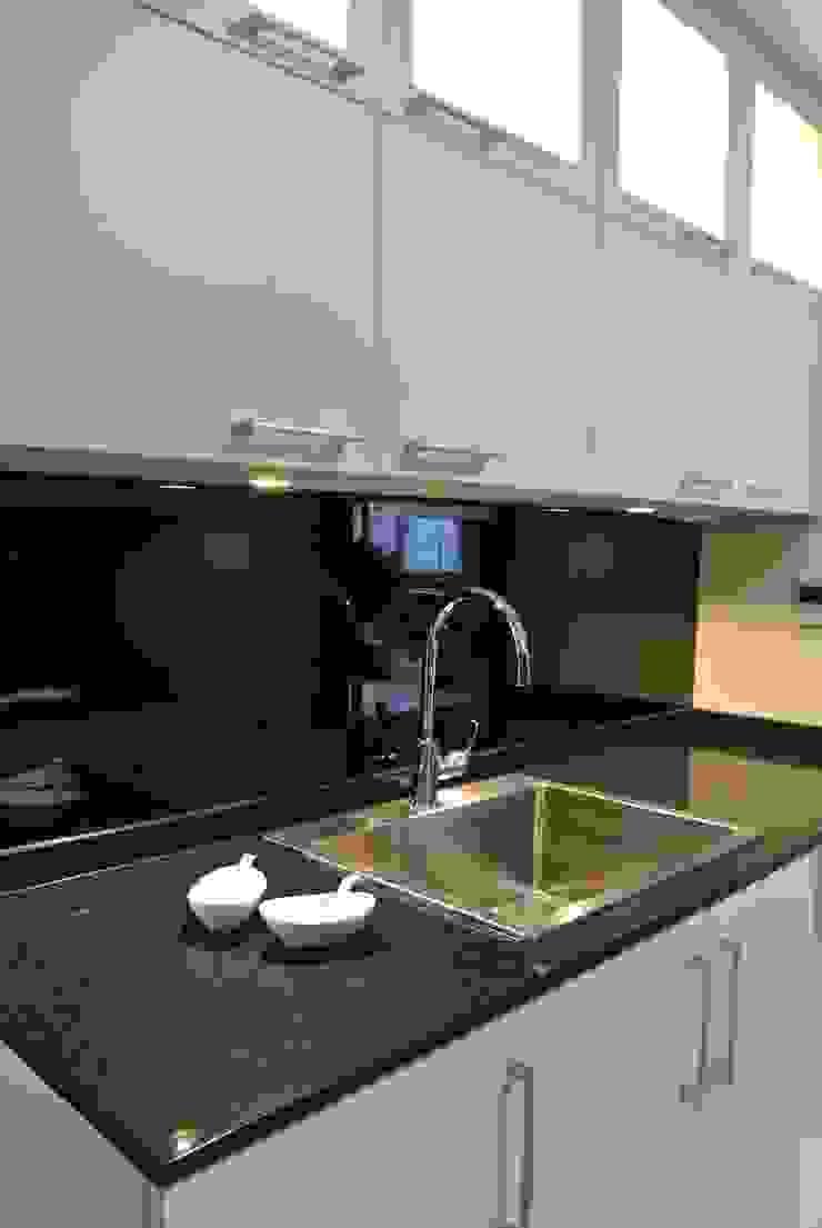 Modern Kitchen Modern kitchen by FINE ART LIVING PTE LTD Modern Quartz