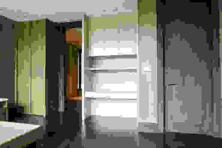 Kabinet Sudut Kamar Ruang Keluarga Modern Oleh ARF interior Modern