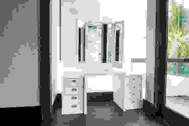 Meja Rias Ruang Keluarga Modern Oleh ARF interior Modern