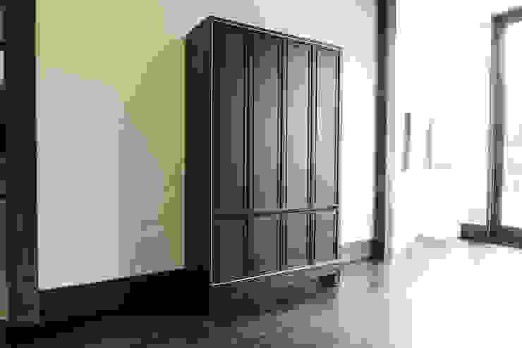 Lemari Kayu Klasik Ruang Ganti Modern Oleh ARF interior Modern