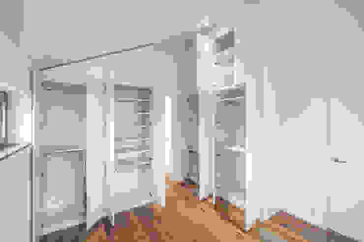 Mannsperger Möbel + Raumdesign Ruang Ganti Modern
