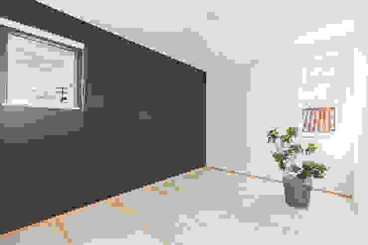 明るいリビングと大きな吹抜けのある家 KAWAZOE-ARCHITECTS モダンスタイルの寝室