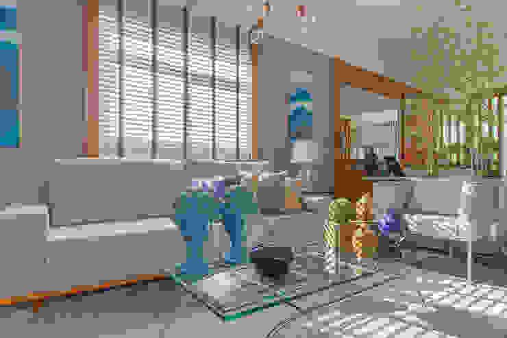 Sala Living Cinza e Azul por Sgabello Interiores Moderno Algodão Vermelho