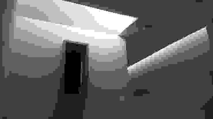 escala1.4 Moderne Fenster & Türen Stahlbeton Weiß