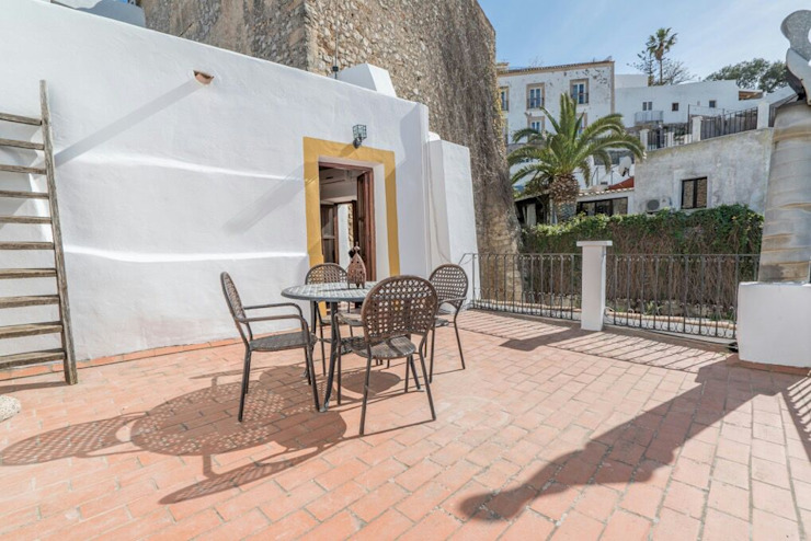 House completely restored in Dalt Vila Classic style houses by ibizatophouse Classic