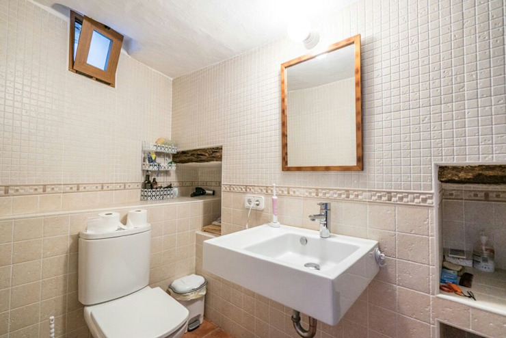 House completely restored in Dalt Vila Classic style bathroom by ibizatophouse Classic