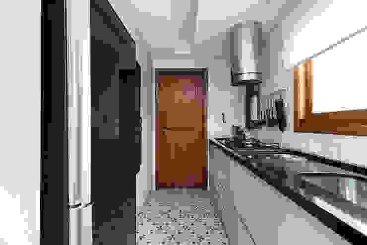 Bancada e Eletrodomésticos Pretos - Charmoso!!! por Rabisco Arquitetura Moderno