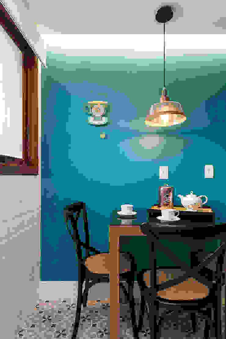Parede Colorida e Plaquetas Rabisco Arquitetura Cozinhas pequenas Turquesa
