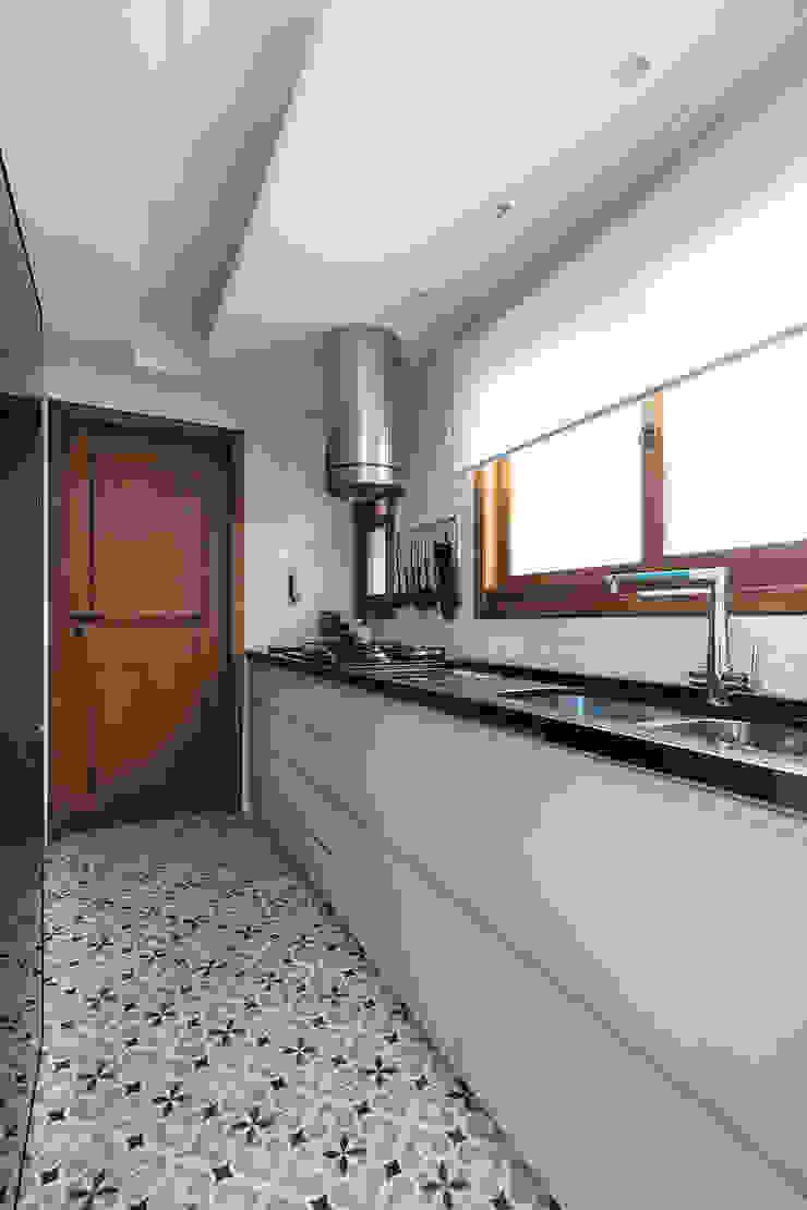 Mobiliário com Puxador Cava Rabisco Arquitetura Armários e bancadas de cozinha MDF Cinza
