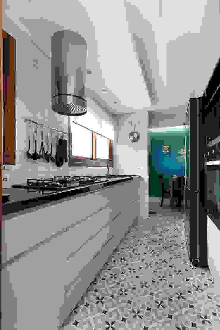 Sanca em Forro de Gesso / Luminárias Embutidas Rabisco Arquitetura Cozinhas pequenas Branco